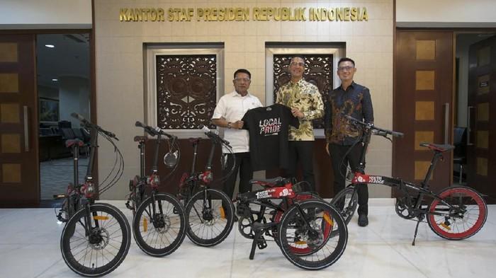 Moeldoko saat menerima donasi 15 sepeda lipat bertema Hari Sumpah Pemuda. Donasi diserahkan CEO PT Roda Maju Bahagia, Hendra dengan CEO  Damn! I Love Indonesia, Daniel Mananta (Dok istimewa)
