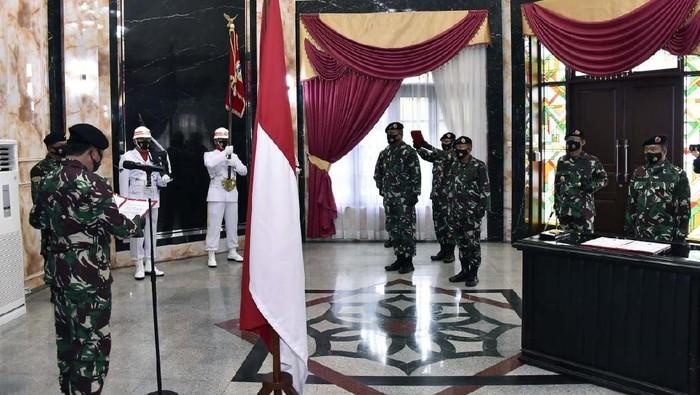 Kepala Staf Umum (Kasum) TNI, Kepala Badan Intelijen Strategis (Kabais) TNI dan Komandan Detasemen Markas (Dandenma) Mabes TNI berganti pucuk pimpinan.