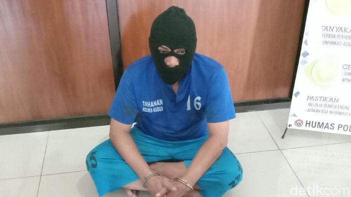 Pelaku pembunuhan wanita dalam kamar hotel di Kudus, saat dihadirkan dalam jumpa pers di Mapolres Kudus, Selasa (27/10/2020).