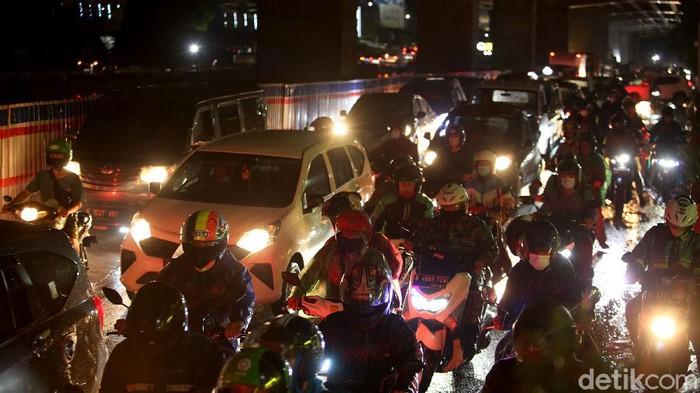 Hujan yang mengguyur kawasan Jabodetabek akibatkan kemacetan di sejumlah titik. Salah satunya di Jalan Raya Kalimalang, Bekasi. Berikut penampakannya.