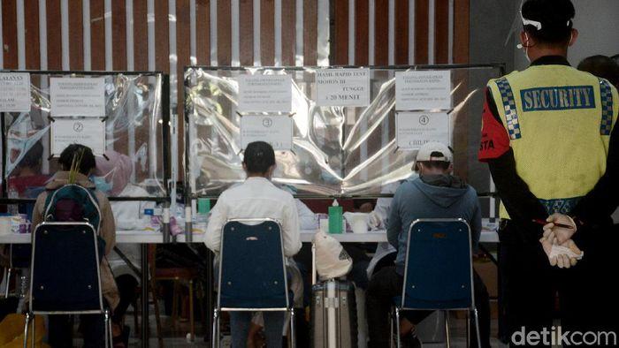 Calon penumpang di Stasiun Pasar Senen tampak melakukan rapid test sebelum menaiki kereta. Test dilakukan sebagai upaya deteksi dini penyebaran virus Corona.