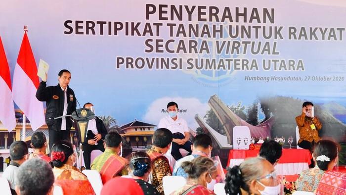 Presiden Jokowi bagi-bagi sertifikat tanah di Stadion Simangaronsang, Kabupaten Humbang Hasundutan, Sumut