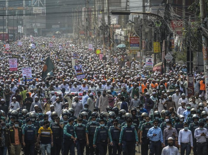 Activists and supporters of the Islami Andolon Bangladesh, a Islamist political party, hold a protest march calling for the boycott of French products and denouncing French president Emmanuel Macron for his comments over Prophet Mohammed caricatures, in Dhaka on October 27, 2020. - Tens of thousands of protesters marched through the Bangladesh capital on October 27 calling for a boycott of French products and burning an effigy of President Emmanuel Macron after he defended cartoons depicting the Prophet Mohammed. (Photo by Munir UZ ZAMAN / AFP)