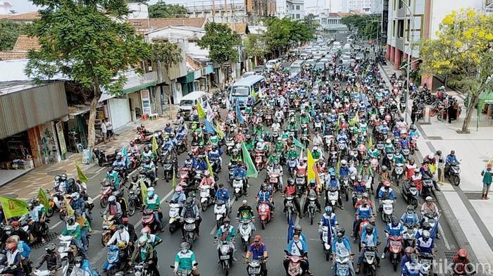 Ribuan demonstran mendatangi Kantor Gubernur Jawa Timur. Aksi tersebut dilakukan sebagai bentuk penolakan atas disahkannya omnibus law UU Cipta Kerja.
