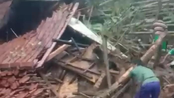 Rumah rusak di Pangandaran diterjang banjir bandang.