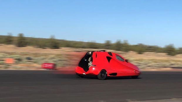 Dalam uji landasan pacu, mobil sport terbang Switchblade mencapai kecepatan 88 mph, sebagai standar kecepatan lepas landas kendaraan.