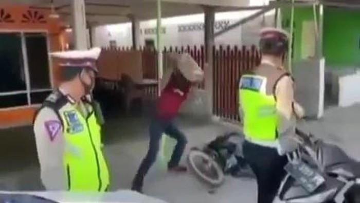 Screenshot viral pria di Kepri rusak motor karena tak terima ditilang (dok.Istimewa)