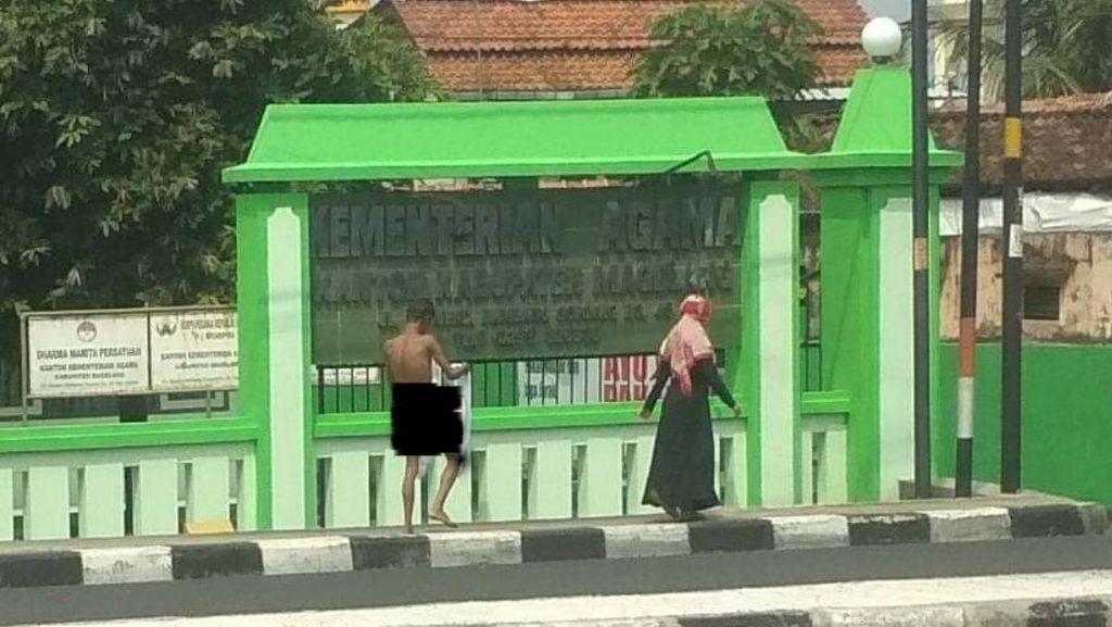 Kisah Menyentuh, Wanita Beri Baju ke Pria Bugil di Jalanan Magelang