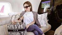 Syahrini Dituding Pakai Tas Jiplak Christian Dior, Ini Kata Aisyahrani