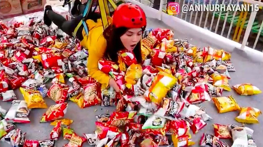 Unik! Begini Sensasi Borong Snack Pakai Mesin Capit Manusia