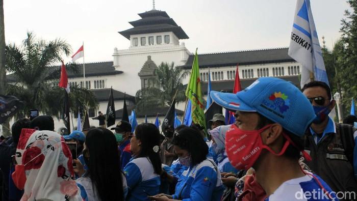 Ribuan buruh beraksi di depan Gedung Sate, Kota Bandung, Selasa (27/10). Mereka memprotes keputusan Upah Minimum 2021 yang ditetapkan tidak naik.