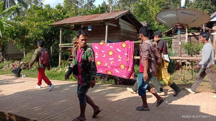 Viral kakek di Sulbar ditandu 12 km untuk bisa dirawat di puskesmas (dok Istimewa)