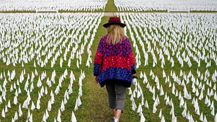 Sebanyak 240 ribu instalasi bendera putih ditanam di kawasan Washington. Hal itu dilakukan untuk mengenang para korban COVID-19 yang telah meninggal.