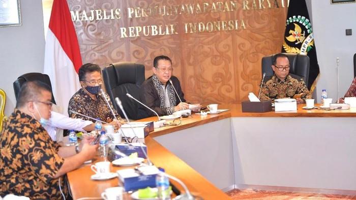 Acara Sosialisasi Empat Pilar MPR RI bersama Majelis Nasional Korps Alumni Himpunan Mahasiswa Islam Indonesia (KAHMI), secara virtual dari Ruang Kerja Ketua MPR RI,