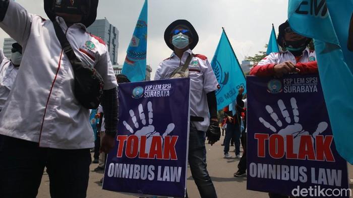 Sejumlah massa dari Federasi Serikat Pekerja Logam Elektronik Mesin Serikat Pekerja Seluruh Indonesia (FSP LEM SPSI) menolak omnibus law UU Cipta Kerja. Mereka berunjuk rasa di sekitar Patung Kuda, Jalan Medan Merdeka Barat, Jakarta Pusat, Rabu (28/10/2020)