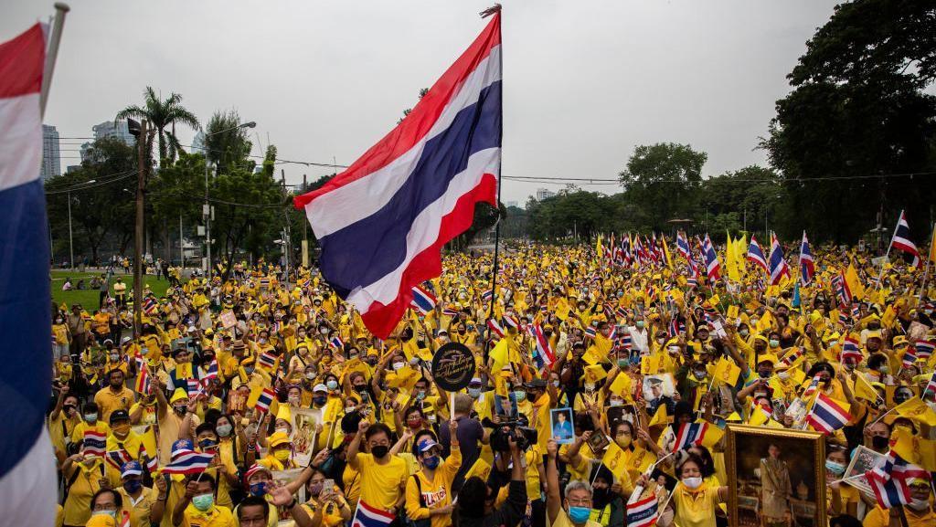 Video Ratusan Loyalis Kerajaan Berunjuk Rasa di Thailand