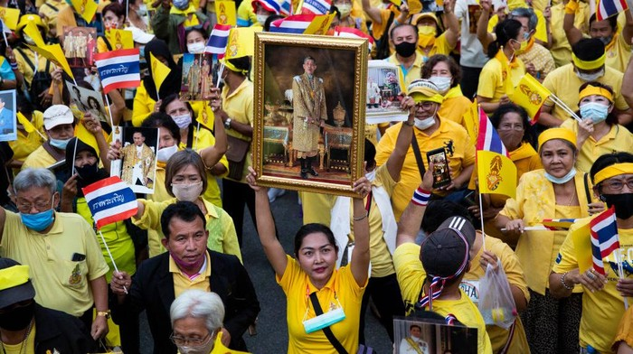 Massa aksi pro monarki Raja Thailand kembali turun ke jalan. Unjuk rasa digelar untuk menentang protes pro-demokrasi mahasiswa.