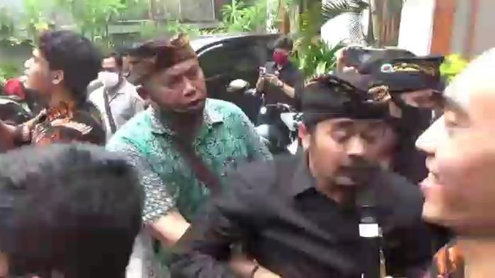 Anggota DPD RI dari Bali Arya Wedakarna (AWK) didemo karena dianggap melecehkan simbol agama yang disucikan masyarakat Bali. (dok Istimewa)