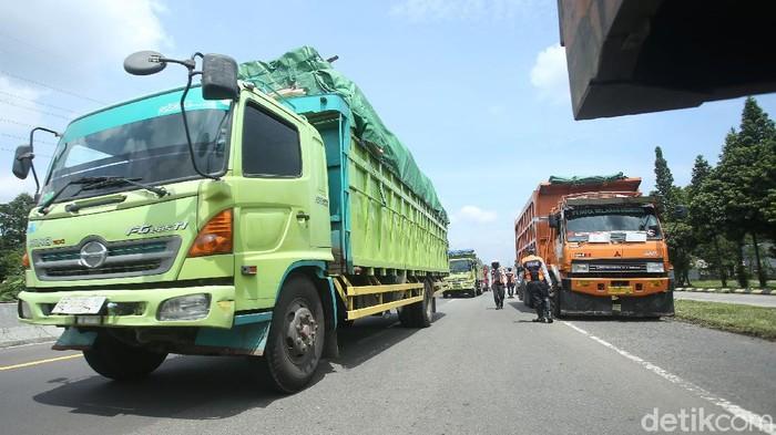Patugas gabungan dari polisi dan dishub menghalau sejumlah kendaraan berat melintas jalur Puncak.