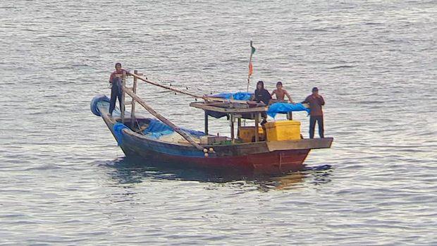 Bakamla RI selamatkan nelayan, kapal nelayan terapung di tengah laut, ilustrasi kapal nelayan, ilustrasi kecelakaan kapal