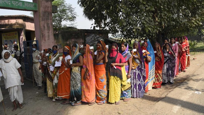 Voters stand in a queue to cast their votes outside a polling station at Paliganj, in the eastern Indian state of Bihar, Wednesday, Oct. 28, 2020. Voting began Wednesday in India's third-largest state of Bihar, the first major election in the country since the pandemic and a test for Prime Minister Narendra Modi's popularity as he faces criticism on many fronts. (AP Photo/Aftab Alam Siddiqui)