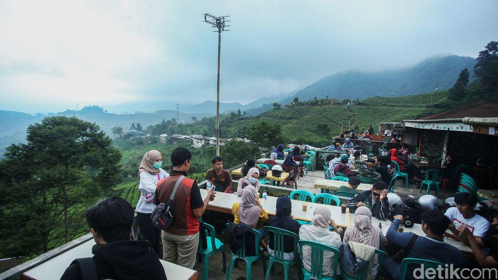 Libur panjang, pengunjung memadati kawasan wisata kuliner Warpat, Puncak, Bogor, Rabu (28/10/2020). Mereka menikmati aneka jajanan sambil melihat hamparan kebun yang menghijau.