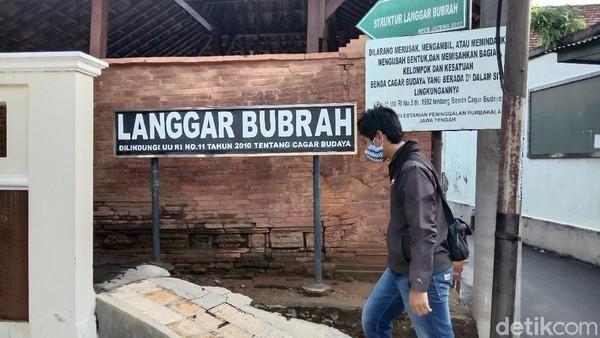 Langgar Bubrah adalah salah satu bangunan paling bersejarah di Kudus. Lokasinya terletak di Desa Demangan RT 2 RW 4, Kecamatan Kota Kudus, tak jauh dari Menara Kudus.