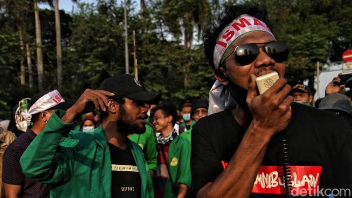 Massa menggelar aksi unjuk rasa tolak Omnibus Law di kawasan Patung Kuda, Jakarta Pusat, Senin (28/10).