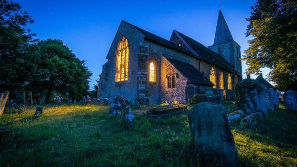 Layaknya pedesaan di Inggris, Pluckley juga punya beberapa bangunan tua. Seperti contohnya gereja St Nicholas yang usianya sudah lebih dari 900 tahun. Ada pemakaman di halaman gereja ini. (Getty Images/iStockphoto/Grant Nixon)