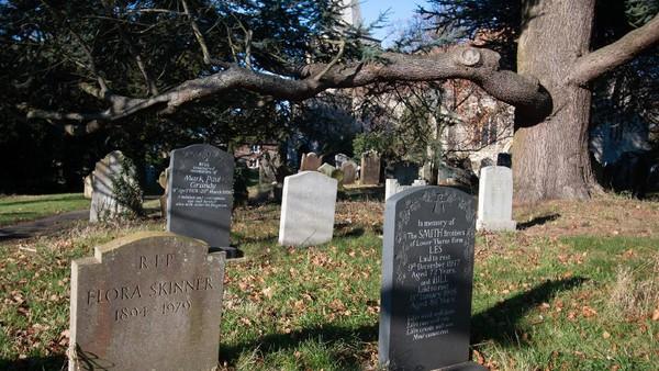 Red Lady sering terlihat berjalan berkeliling pemakaman. Konon katanya Lady Dering masih mencari keberadaan makam anaknya yang berada di sekitar wilayah itu. Selain Red Lady, ada juga White Lady. (Getty Images/Moonstone Images)