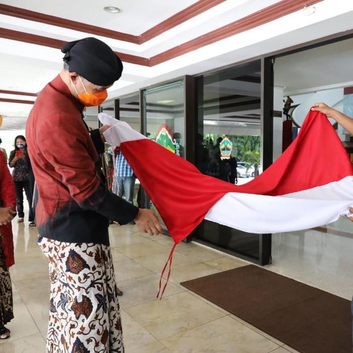 Gubernur Jateng Ganjar Pranowo mendapat hadiah ulang tahun ke-52 dari eks napiter, Rabu (28/10/2020).