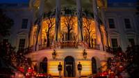 Dalam perayaan Halloween ini, Gedung Putih didekorasi dengan daun berwarna cerah yang mengisyaratkan nuansa musim gugur. Ada pula hiasan krisan dan labu yang identik dengan Halloween. Untuk hiburannya, band militer memainkan lagu bertema horor. Salah satunya adalah Thriller dari Michael Jackson. (Foto: AP/Alex Brandon)