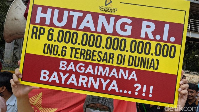Demo mahasiswa di Patung Kuda masih berlanjut demi menolak Omnibus Law UU Cipta Kerja. Ikatan Keluarga Besar UI (IKB UI) memamerkan poster utang negara. Penasaran?