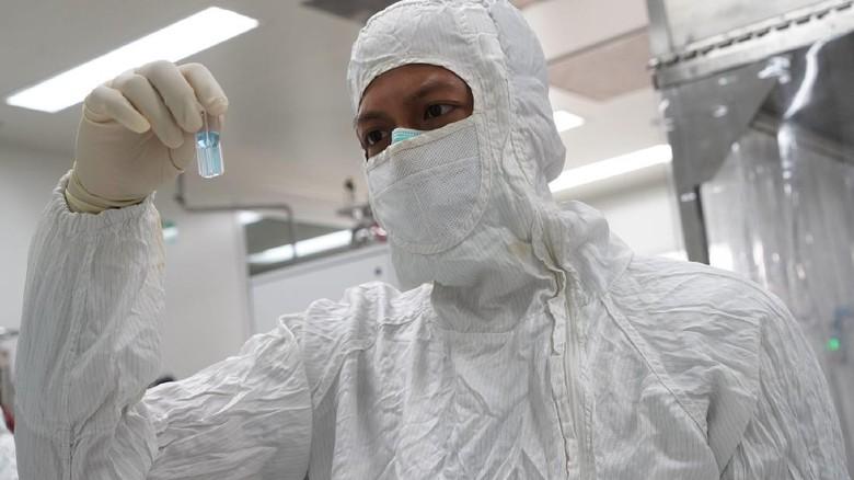 Seorang peneliti sedang menguji sebuah vaksin di laboratorium PT Bio Farma, Bandung. FOTO: dokumantasi Bio Farma