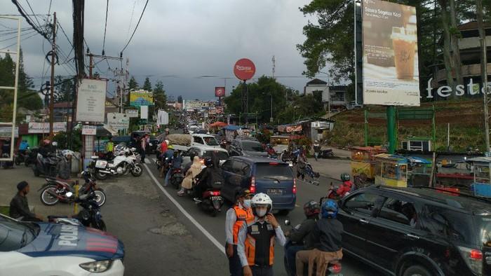 Jalur Puncak macet di Pasar Cisarua (Foto: Sachril/detikcom)