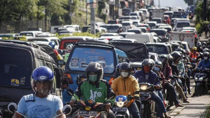 Sejumlah kendaraan memadati ruas jalan jalur Puncak, Gadog, Kabupaten Bogor, Jawa Barat,  Rabu (28/10/2020). Pada cuti bersama serta libur panjang Maulid Nabi Muhammad SAW, jalur wisata Puncak Bogor mulai dipadati kendaraan wisatawan, Sat Lantas Polres Bogor memberlakukan rekayasa lalu lintas sistem satu jalur atau one way untuk mengurai kepadatan kendaraan. ANTARA FOTO/Yulius Satria Wijaya/aww.