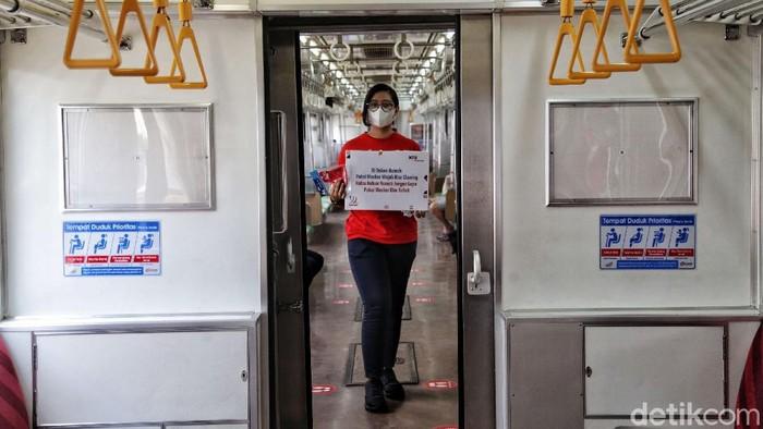 PT KAI Commuter Jabodetabek memperingati Hari Sumpah Pemuda dengan melakukan sosialisasi penerapan protokol kesehatan di Stasiun Jakarta Kota, Rabu (28/10/2020).