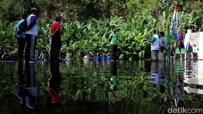Sejumlah pemuda dari Karang Taruna Parikesit, Wedomartani, Sleman, melaksanakan upacara memperingati hari Sumpah Pemuda ke-92.