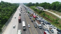 Video Kemacetan Mengular di Tol Japek dari Udara