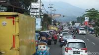 Sejak pukul 09.51 WIB, di Simpang Gadog, Megamendung, Kabupaten Bogor, arus lalu lintas di Jalan Raya Puncak normal kedua arah.