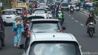 Lalu, titik kemacetan ada di Simpang Megamendung dan Simpang Loka Wiratama. Selain itu, lanjutnya, titik kemacetan di Jalan Raya Puncak juga ada di Pasar Cisarua.