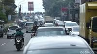 Sebagai informasi, Polisi akan kembali memberlakukan sistem satu arah atau one way di Jalur Puncak, Bogor, siang ini. One way akan diberlakukan untuk jalur yang mengarah ke Jakarta.