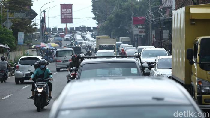 Sistem satu arah (one way) di kawasan Puncak selesai dilakukan. Lalu lintas kembali menjadi dua arah. Namun, kepadatan kendaraan terlihat mengular panjang.