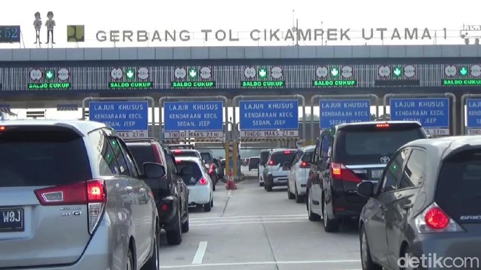 Kepadatan kendaraan di Gerbang Tol Cikatama mulai terlihat