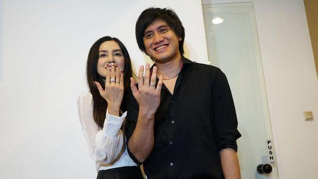 Musisi Kevin Aprilio bersama istrinya Vicy Melanie saat konferensi pers usai pernikahannya di kawasan Lebak Bulus, Jakarta, Rabu, (28/10/2020).