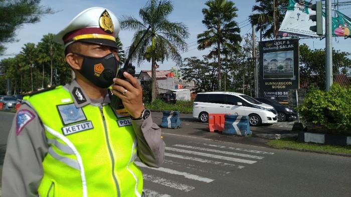 Kondisi lalu lintas arah Kota Bogor-Puncak setelah diberlakukan sistem one way oleh kepolisian