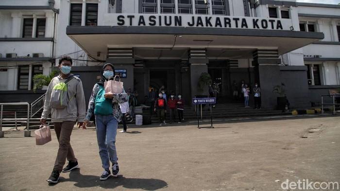 Cuti bersama mendorong orang-orang bepergian menggunakan kereta api. Seperti yang terlihat di Stasiun Stasiun Jakarta Kota hari ini.