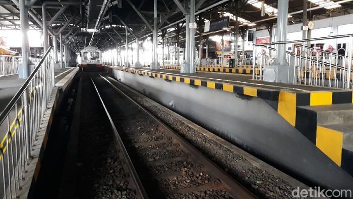 Libur panjang telah tiba. Yuk lihat suasana penumpang kereta api di Stasiun Tugu Yogyakarta saat libur panjang ini.