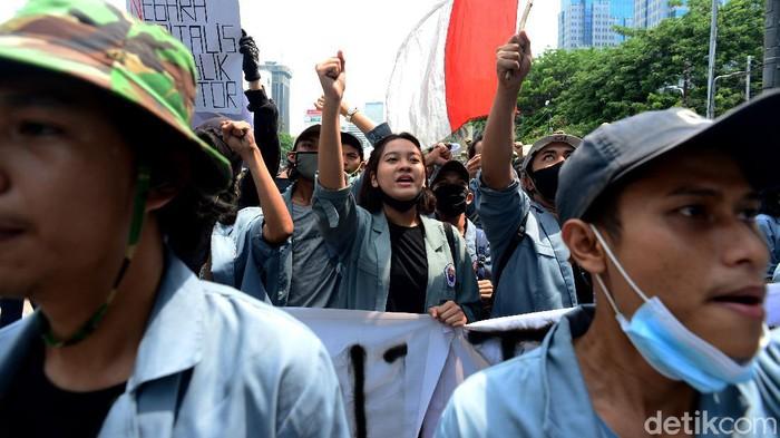 Ada yang menarik perhatian di tengah aksi menolak Omnibus Law UU Cipta Kerja di Patung Kuda. Terlihat seorang mahasiswa manis di tengah massa aksi. Penasaran?