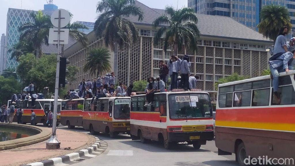 Naik Bus, Massa Mahasiswa Tiba di Patung Kuda Jakpus